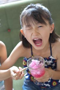 かき氷を食べる女の子の写真素材 [FYI03238593]