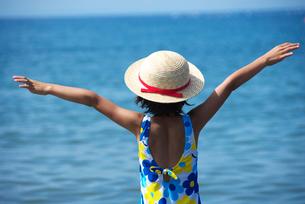 海で両手を広げる女の子の写真素材 [FYI03238602]