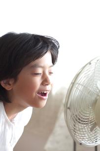 扇風機と女の子の写真素材 [FYI03238605]
