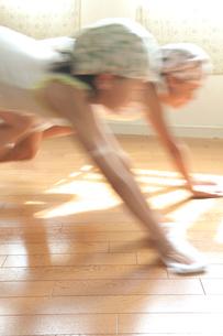 床をふく2人の女の子の写真素材 [FYI03238606]