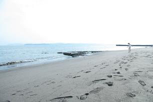 砂浜と女の子の写真素材 [FYI03238607]