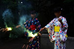 花火をする2人の女の子の写真素材 [FYI03238611]
