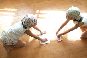 床をふく2人の女の子の写真素材 [FYI03238612]