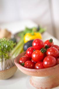 トマトとかいわれ大根とパプリカの写真素材 [FYI03238614]