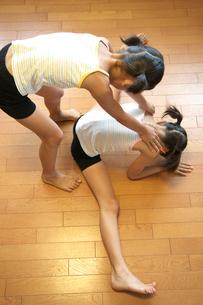 体操をする2人の女の子の写真素材 [FYI03238617]