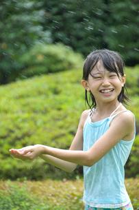 水しぶきを浴びる女の子の写真素材 [FYI03238618]