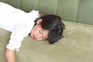 ソファーで寝ている女の子の写真素材 [FYI03238619]