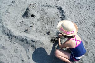 砂浜で遊ぶ女の子の写真素材 [FYI03238632]