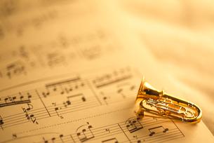 楽譜とミニトランペットのアクセサリーの写真素材 [FYI03238792]