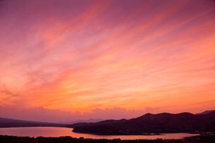 山中湖湖と朝焼けの雲の写真素材 [FYI03239536]
