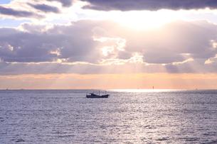 夕暮れに漁に向かう1艘の船の写真素材 [FYI03239620]