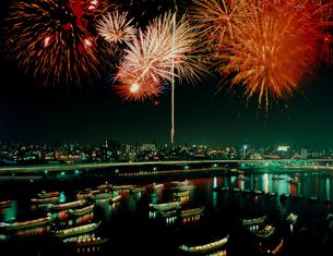 墨田川の花火と屋形船の写真素材 [FYI03240544]