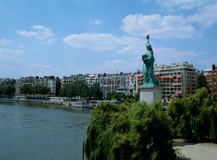自由の女神 セーヌ川グルネル橋の写真素材 [FYI03240602]