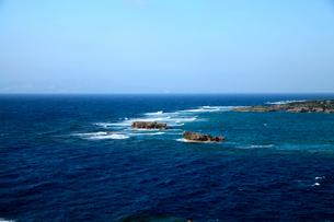 青い水平線の海に広がる万座毛の奇岩と白波の写真素材 [FYI03240882]