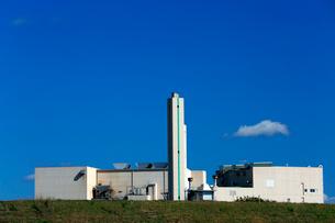 青空に白い雲が浮かぶ清掃工場の建物、施設の写真素材 [FYI03240915]