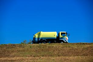 秋空の下、環境保全センタ-にゴミの搬出に向かう収集車の写真素材 [FYI03240926]