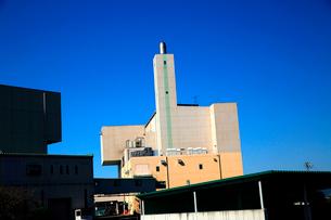 秋空にそびえる煙突が見える白いクリ-ンセンタ-の建物の写真素材 [FYI03240931]