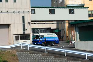 清掃工場にごみを搬入する収集車の写真素材 [FYI03240932]