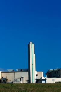 青空にそびえる煙突と清掃工場の白い建物の写真素材 [FYI03240939]