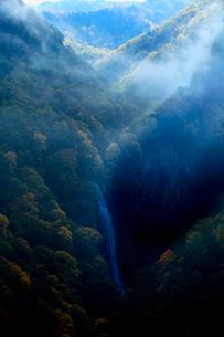朝霧が立ち込める志賀高原、カンマン滝の絶景の写真素材 [FYI03241020]