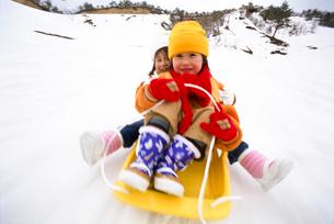 ソリに乗る子供の写真素材 [FYI03241239]