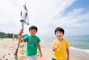 海岸で冒険中の子供達の写真素材 [FYI03241241]
