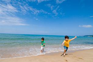 海岸で遊んでいる子供達の写真素材 [FYI03241244]