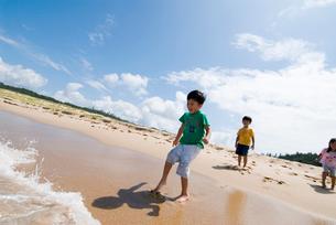 海岸で遊んでいる子供達の写真素材 [FYI03241248]