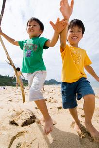 海岸で冒険中の子供達の写真素材 [FYI03241251]