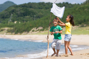 海岸で遊んでいる子供達の写真素材 [FYI03241253]