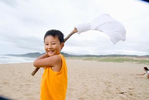 浜辺で遊ぶ少年の写真素材 [FYI03241266]