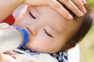 哺乳瓶でミルクを飲む赤ちゃんの写真素材 [FYI03241281]