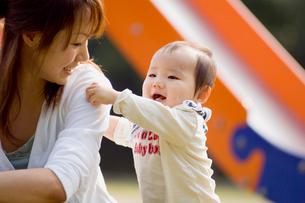 公園で遊ぶ赤ちゃんの写真素材 [FYI03241307]