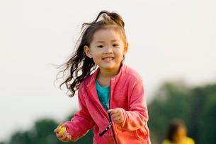 高原で遊ぶ子供の写真素材 [FYI03241314]