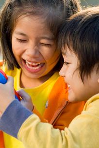 高原で遊ぶ子供達の写真素材 [FYI03241328]