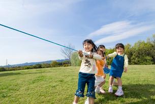 綱引きをする子供達の写真素材 [FYI03241336]