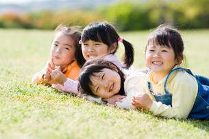 芝生の上の女の子の写真素材 [FYI03241342]