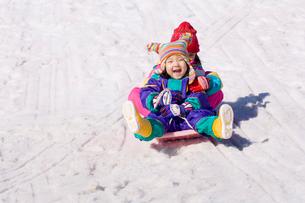 ソリに乗る女の子の写真素材 [FYI03241355]