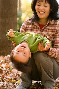 秋の林で遊ぶ赤ちゃんの写真素材 [FYI03241366]