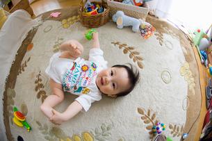 リビングで遊ぶ赤ちゃんの写真素材 [FYI03241367]