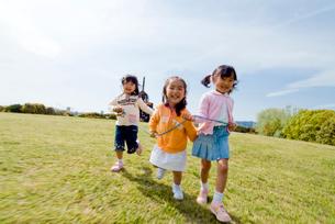 丘の上を走る女の子達の写真素材 [FYI03241371]