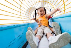 滑り台で遊ぶ子どもの写真素材 [FYI03241384]