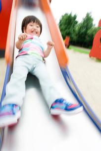 滑り台で遊ぶ男の子の写真素材 [FYI03241385]