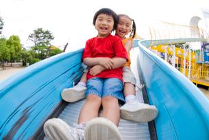 滑り台で遊ぶ子どもの写真素材 [FYI03241386]