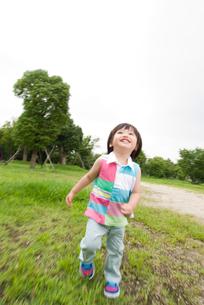 芝生で遊ぶ男の子の写真素材 [FYI03241387]