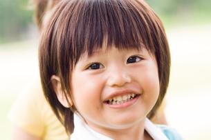 笑顔の男の子の写真素材 [FYI03241393]