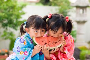 スイカを食べる浴衣姿の女の子の写真素材 [FYI03241407]
