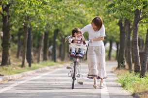 自転車に乗る男の子とママの写真素材 [FYI03241420]