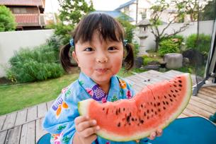 スイカを食べる浴衣姿の女の子の写真素材 [FYI03241428]