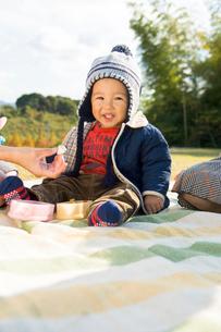 お弁当を食べる赤ちゃんの写真素材 [FYI03241433]